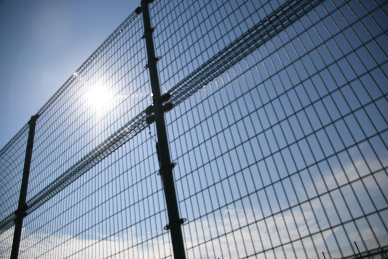 フェンス越しの太陽