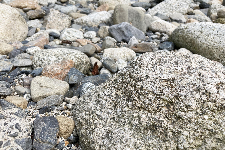 川沿いの石
