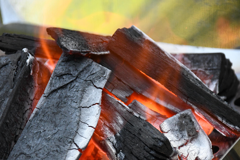 赤く燃える木炭