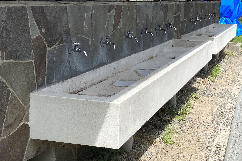 沢山の蛇口がある手洗い場