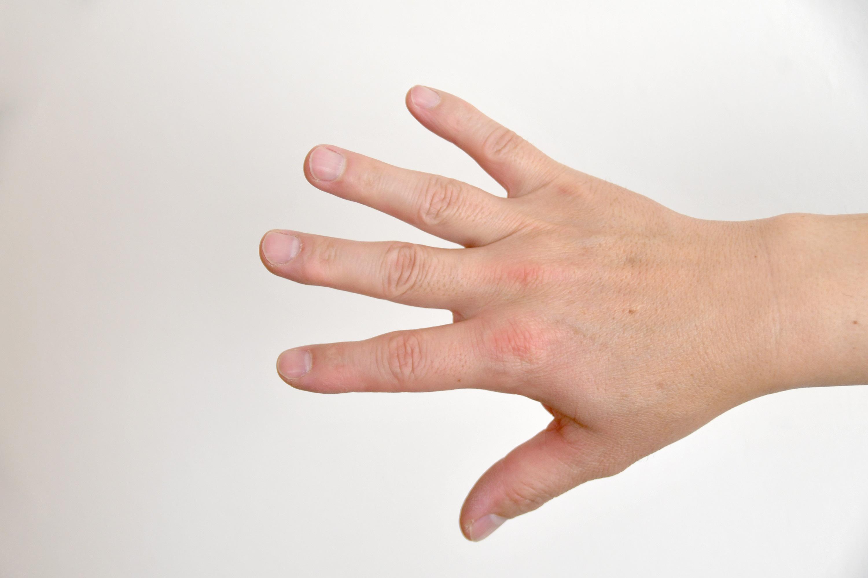 手の甲を見せる男性の手