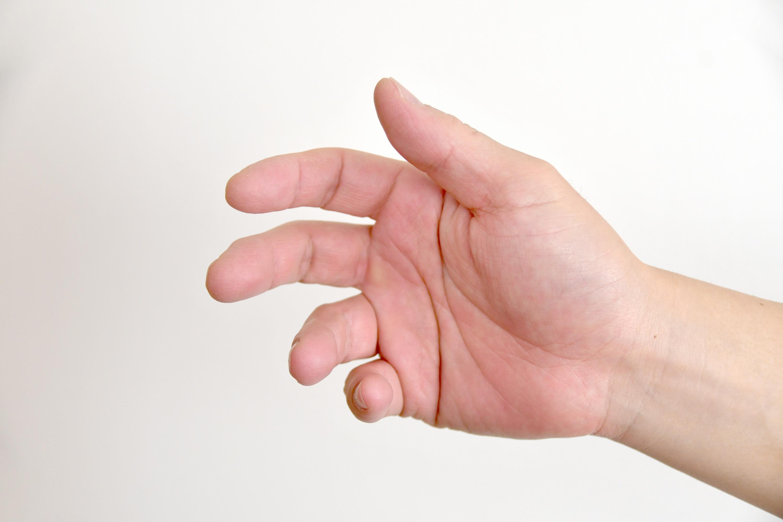 つかみかけの男性の手