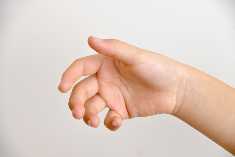 つかみかけの子供の手