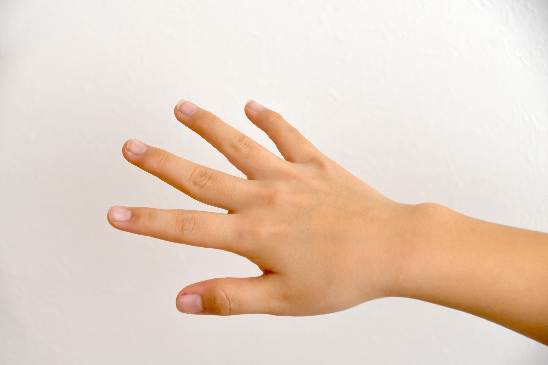 手の甲を見せる子供の手