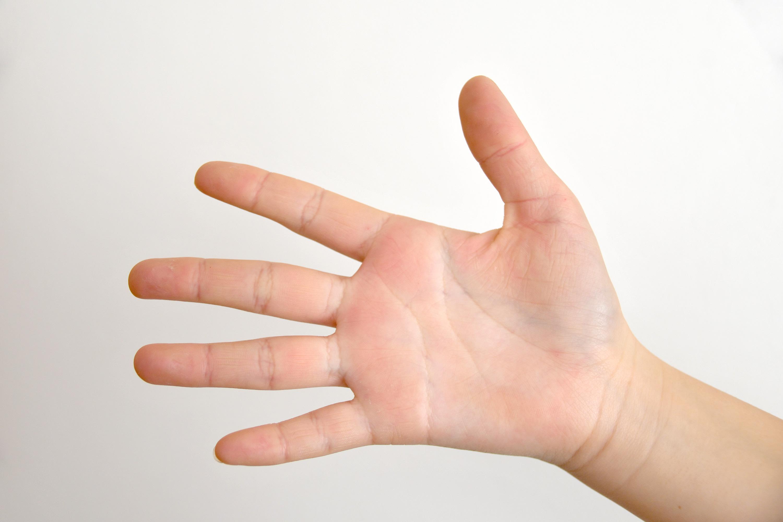 パーを出す女の子の手