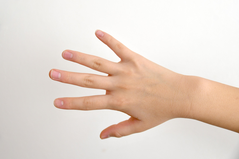 手の甲を見せる女の子の手