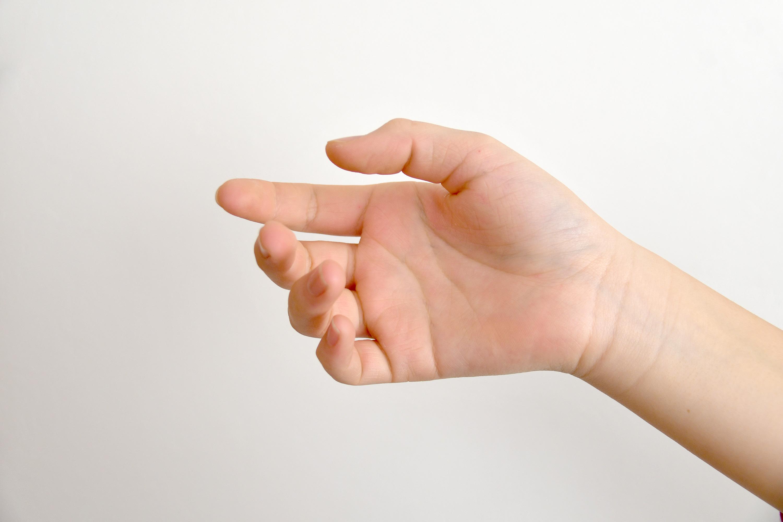 つかみかけの女の子の手