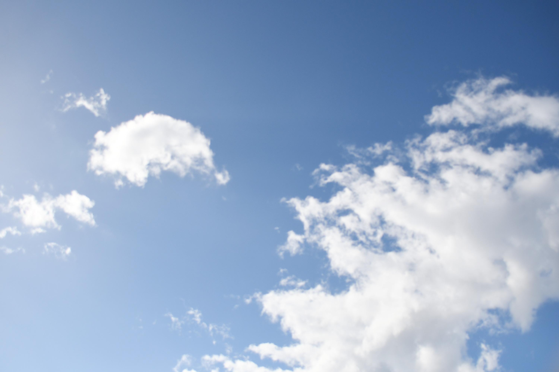 見上げる昼の空