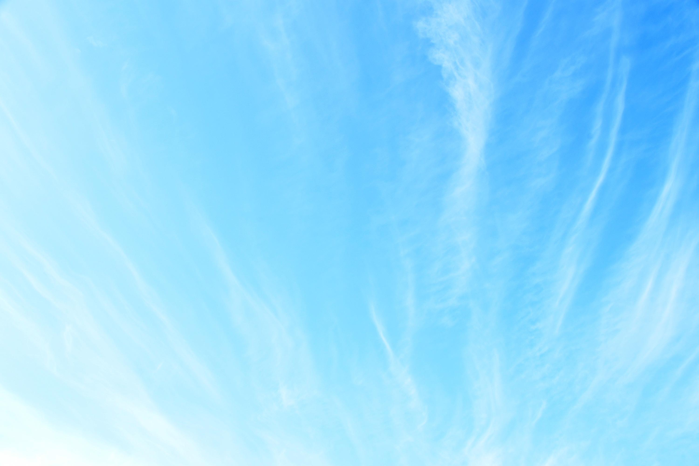 薄い雲のかかった空