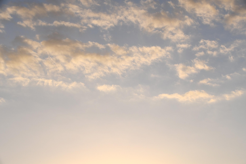 薄い雲がかかる夕暮れの空