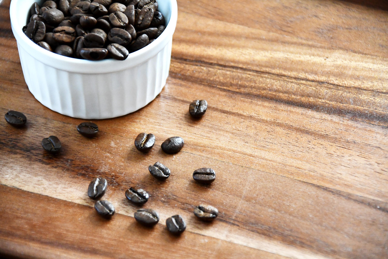 散らばっているコーヒー豆