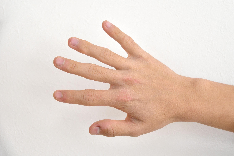 手の甲を見せる男の子の手