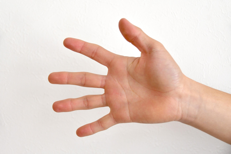 パーを出す男の子の手
