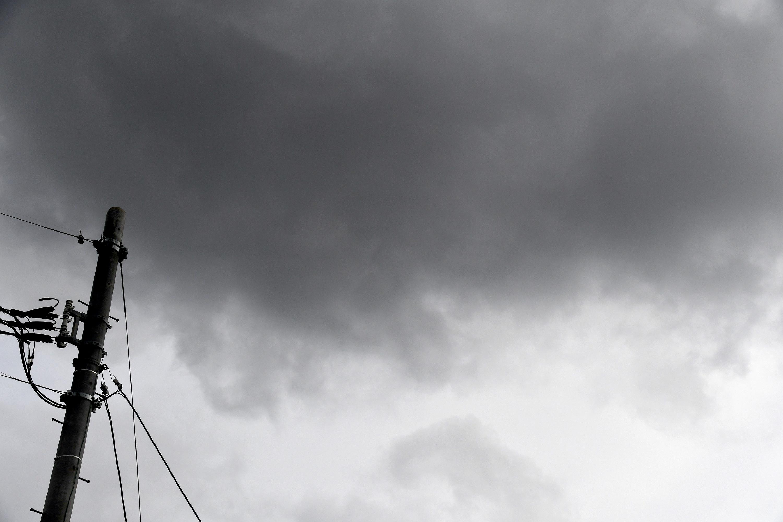 電信柱と曇り空