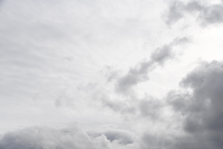 薄い雲の曇り空