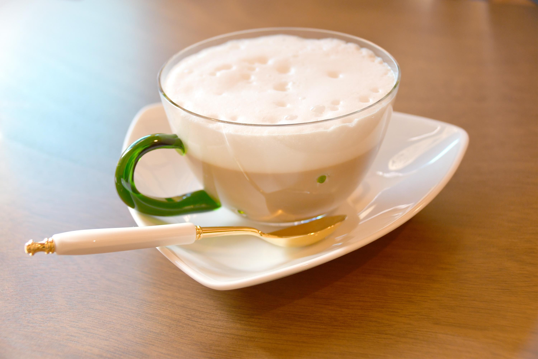 ガラスのカップに入ったカフェラテ
