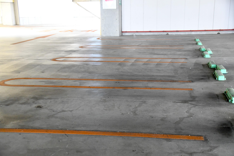 ひとけのない駐車場2