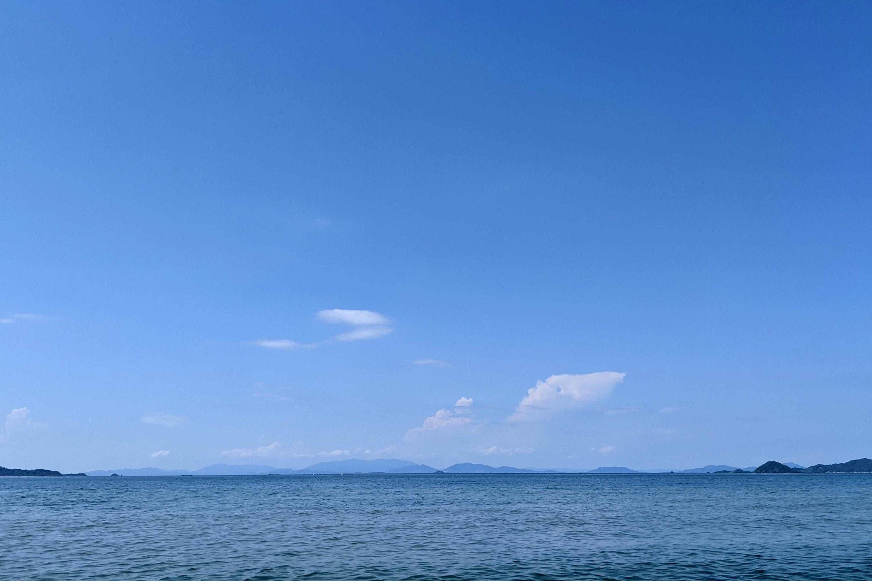 夏の青い空と青い海