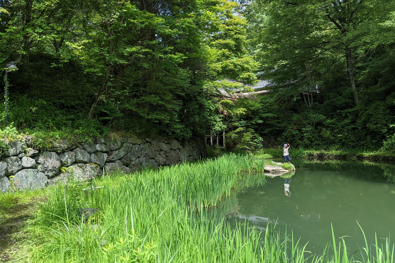溜め池で釣りをする男の子1