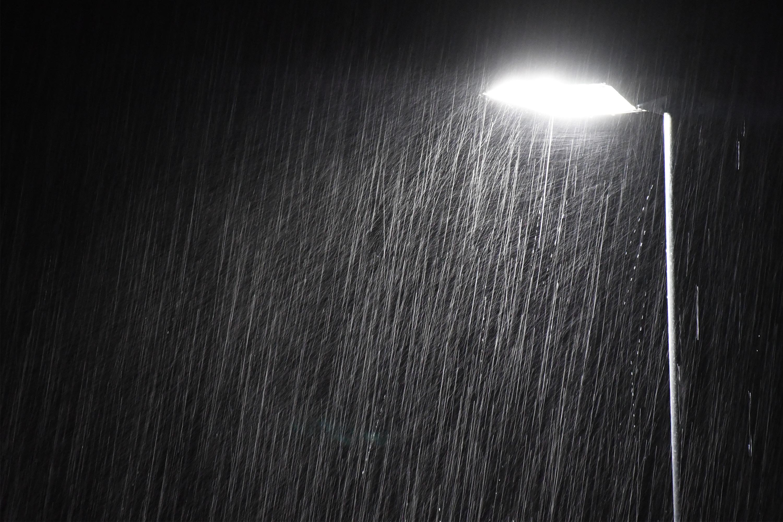 深夜に降る雨と街灯