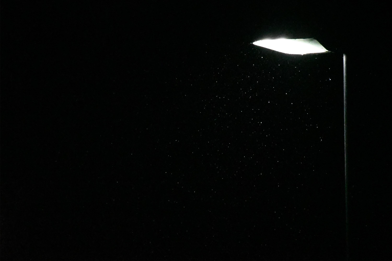 深夜に降る小雨と街灯