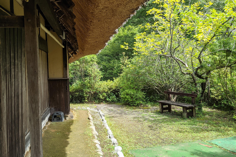 藁ぶき屋根と木のベンチ